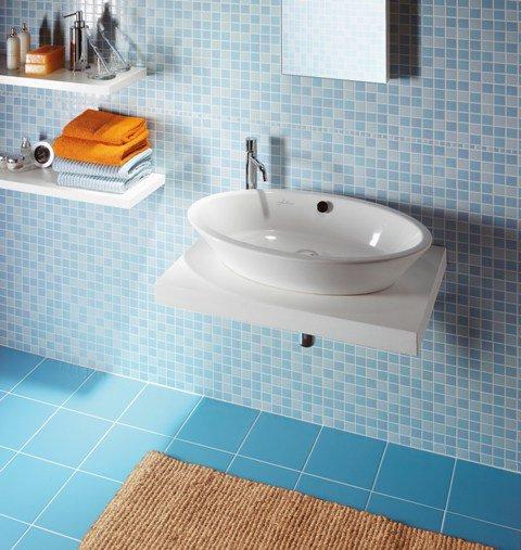 Комбинация мозаичной плитки на стене с квадратной на полу