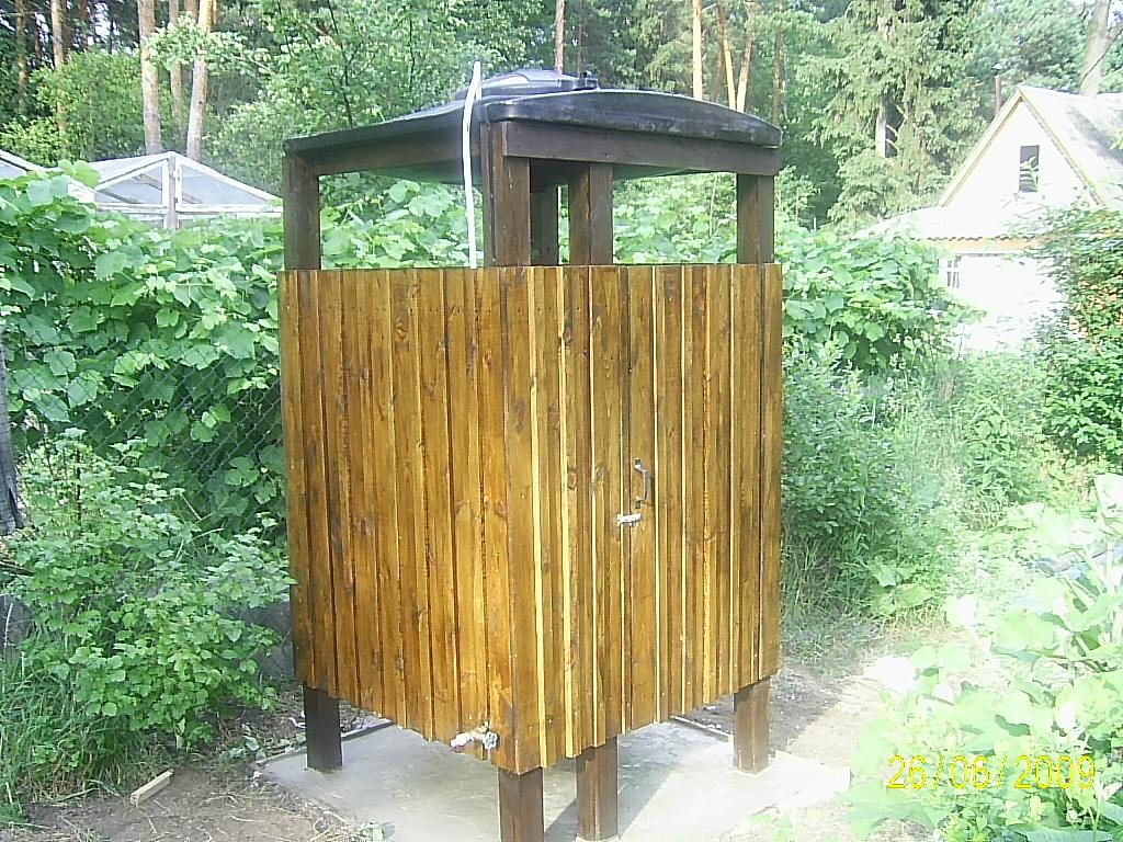 Летний душ из дерева для дачи своими руками фото